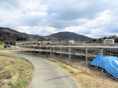 太陽光発電と三輪山遠景