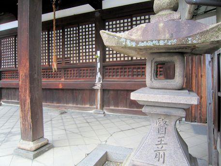 醫王前の石燈籠