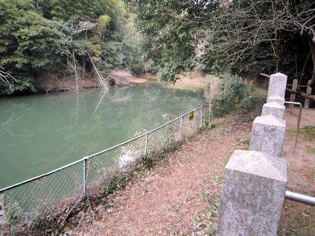 豊日神社前の池