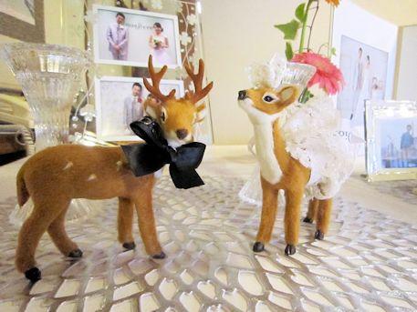 ウェルカムボードと鹿の置物