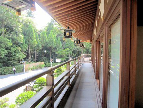 大神神社参集殿の回廊