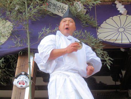 おむすびを頬張る田作男