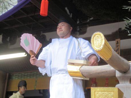 籾種と扇子を持つ田作男