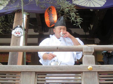 酒を飲む田作男