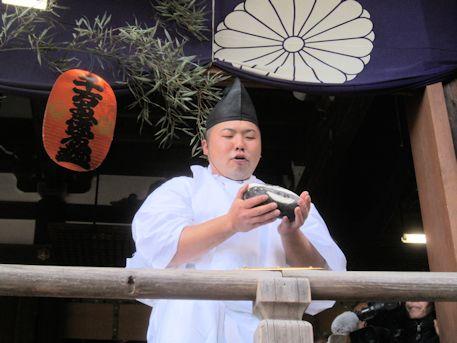 おにぎりを持つ田作男