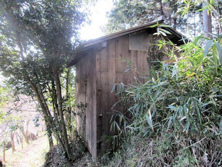 アクセス途上の小屋
