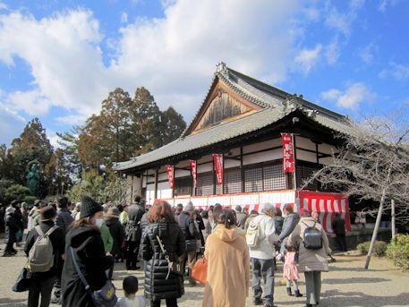 西大寺愛染堂と参拝客