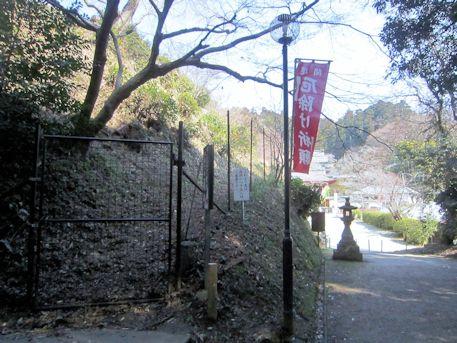 岡の立石の入口