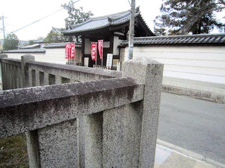 石落神社瑞垣と西大寺東門