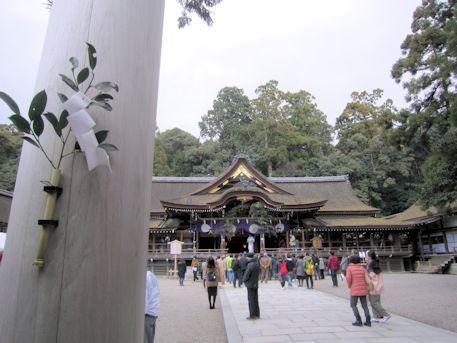 大神神社標柱の榊