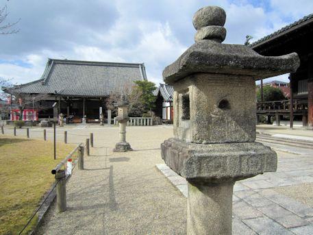 石燈籠と愛染堂