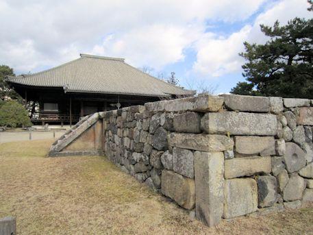 西大寺本堂と東塔跡