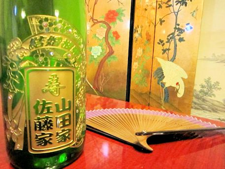 名入れ日本酒ボトルと席札扇子