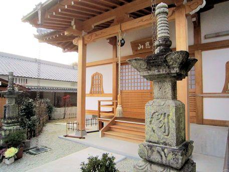 報恩寺の宝篋印塔