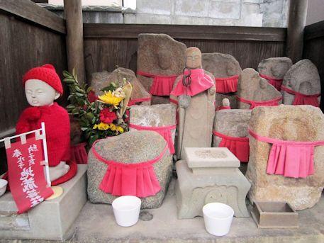 報恩寺境内の地蔵石仏
