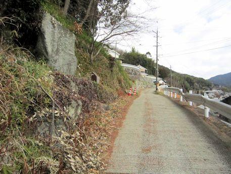 上居の立石と上居集落への坂道