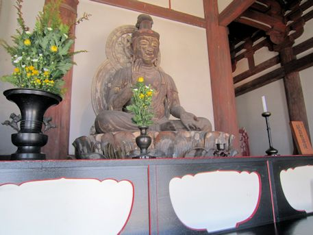 脇侍の観自在菩薩坐像