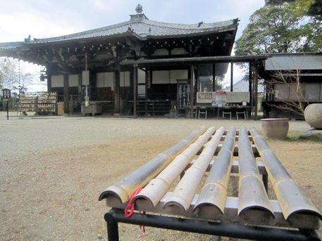 竹のベンチと大安寺本堂