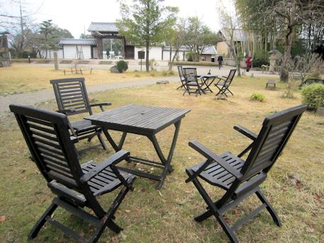 大安寺境内の椅子