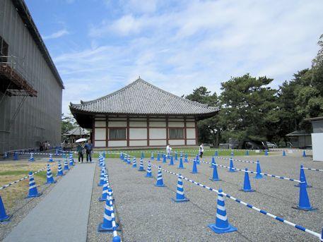 興福寺仮講堂とセーフティコーン
