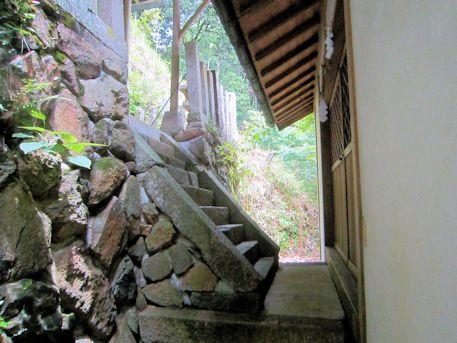 秉田神社拝殿と本殿の間