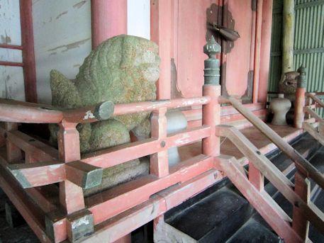 秉田神社本殿の狛犬