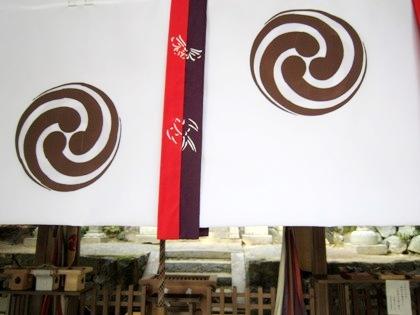玉列神社の尾長巴紋