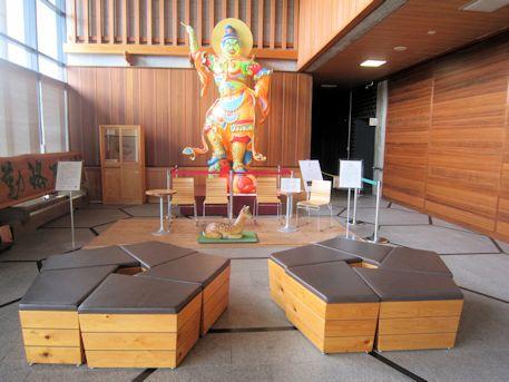 奈良県庁玄関ホールの持国天