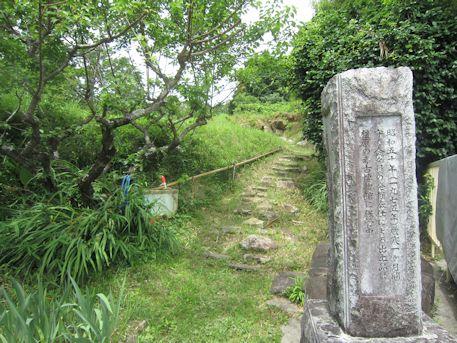 三里古墳の石碑