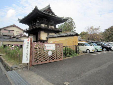 般若寺駐車場と楼門