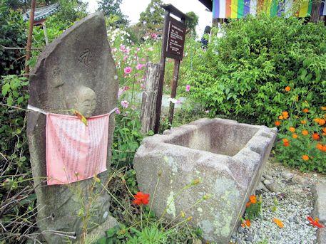 水かけ地蔵尊と手水石船