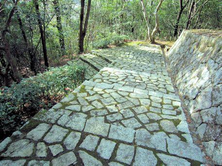 車木ケンノウ古墳の石段
