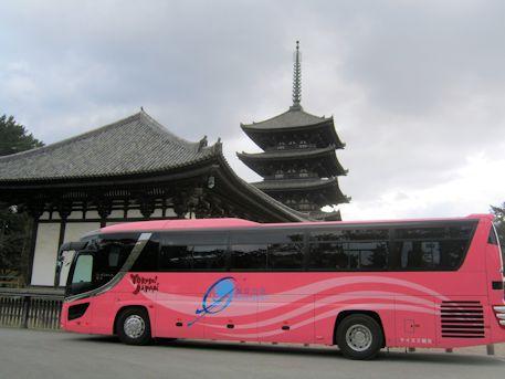興福寺五重塔と大型観光バス