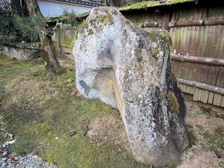 光雲寺参道の石