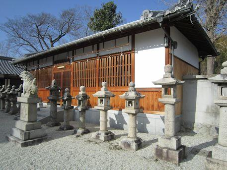 神武天皇社拝殿前の石燈籠