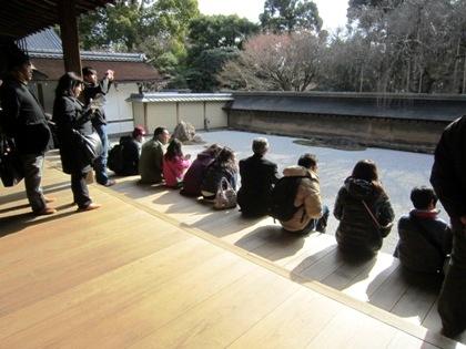 龍安寺石庭と拝観客