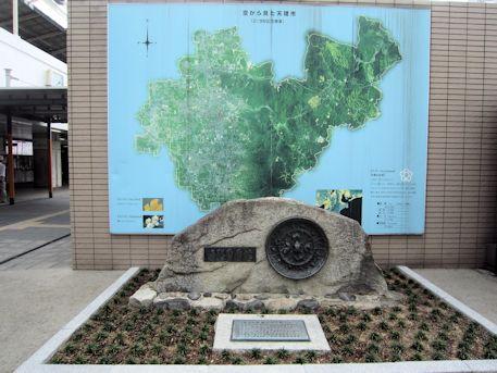 天理駅前記念碑