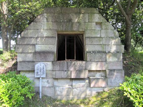 束明神古墳の石槨模型