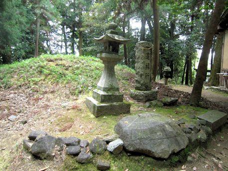 束明神古墳の石敷