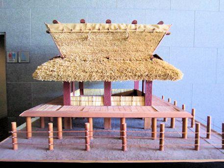 極楽寺ヒビキ遺跡の大型掘立柱建物復元模型