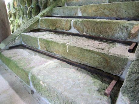篠畑神社本殿の石段