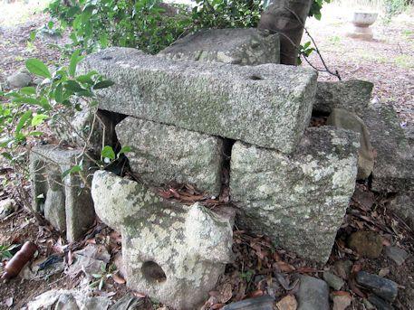 六地蔵脇の石