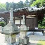 円福寺本堂と宝篋印塔