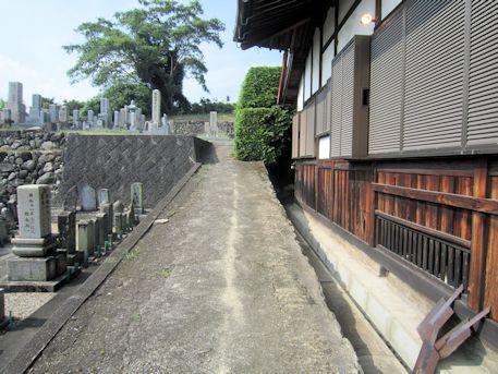 慶運寺本堂横の道