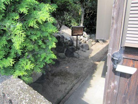 本堂裏の横穴式石室