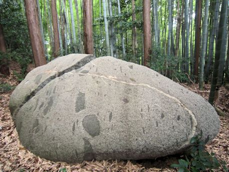 磐余甕栗宮伝承地の月輪石