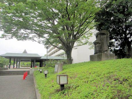 天理市役所のモアイ像