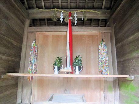 神楽岡神社本殿前