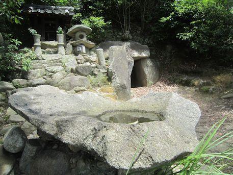 西宮古墳の手水石