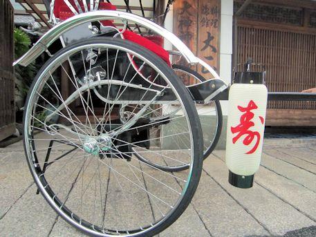 婚礼人力車の車輪と提灯